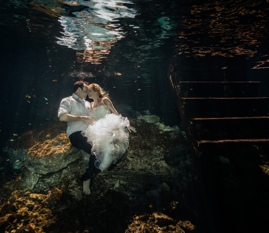 Couple underwater in Trash the dress