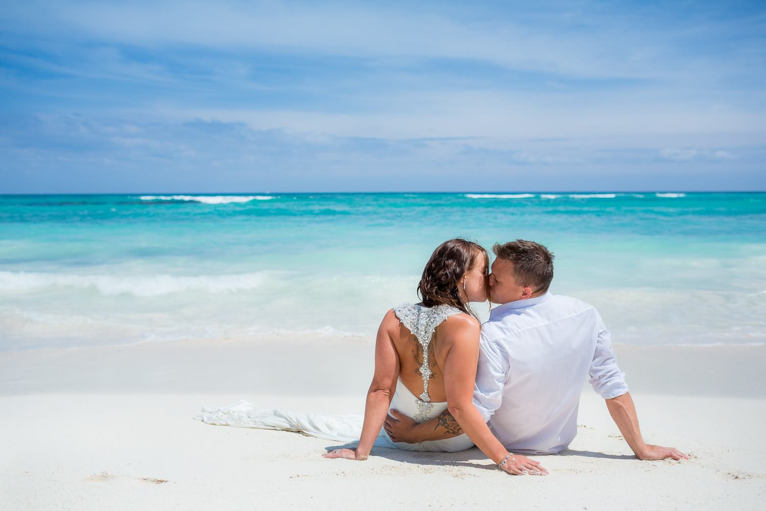 Couple kissing on beach at Trash the Dress Riviera Maya