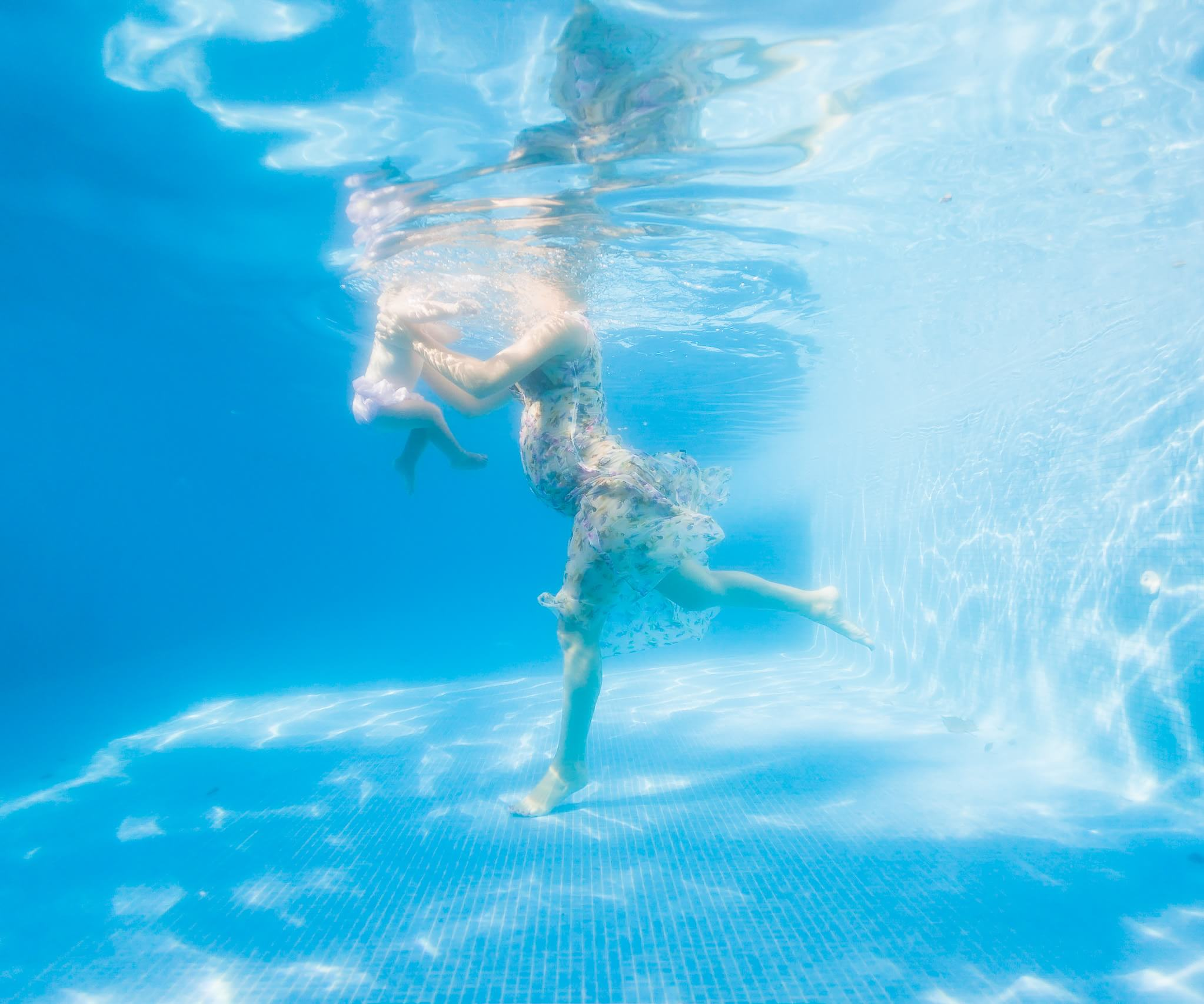 Movement underwater by Mexico wedding photographer