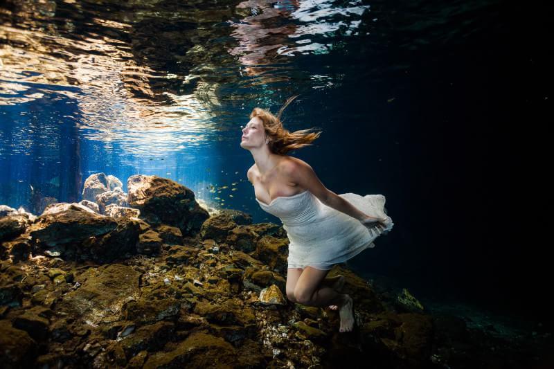Bride in underwater Trash the dress mayan riviera