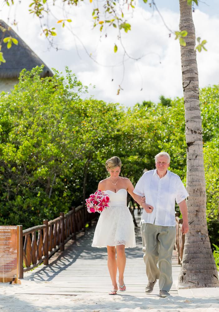 Dad walking daughter down ilse.