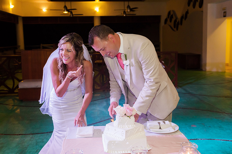 Bride and groom cutting the cake at NOW Jade Resort Cancun wedding