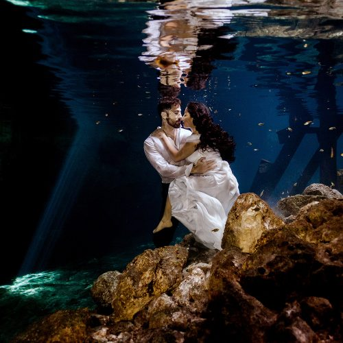 Bride and groom underwater in TTD in Mexico