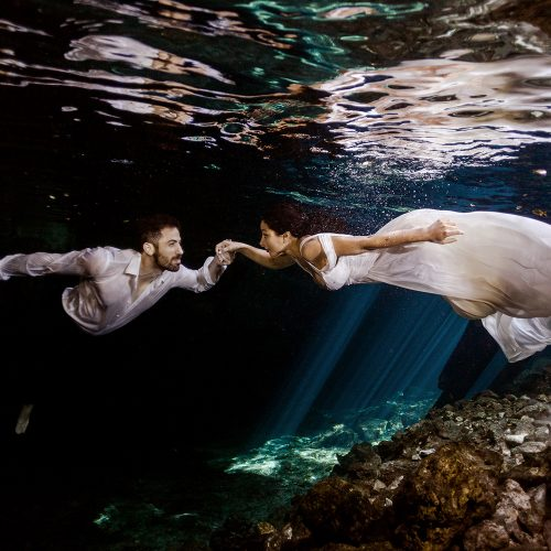Bride and groom in underwater TTD in Meixco