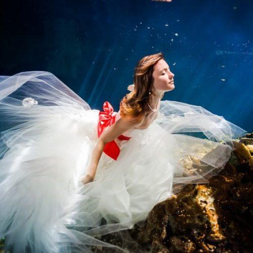 Bride underwater in wedding dress, Trash the dress