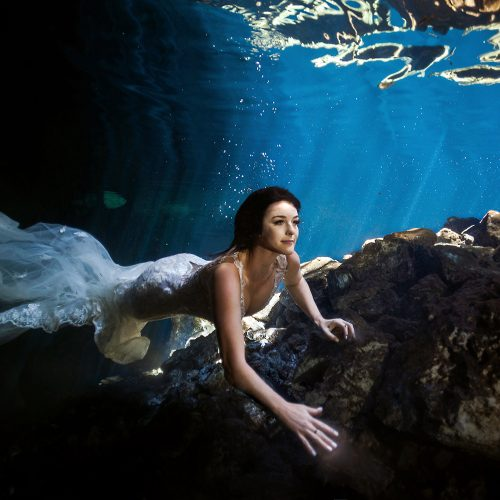 Bride underwater in Trash the dress in cenote in Mexico